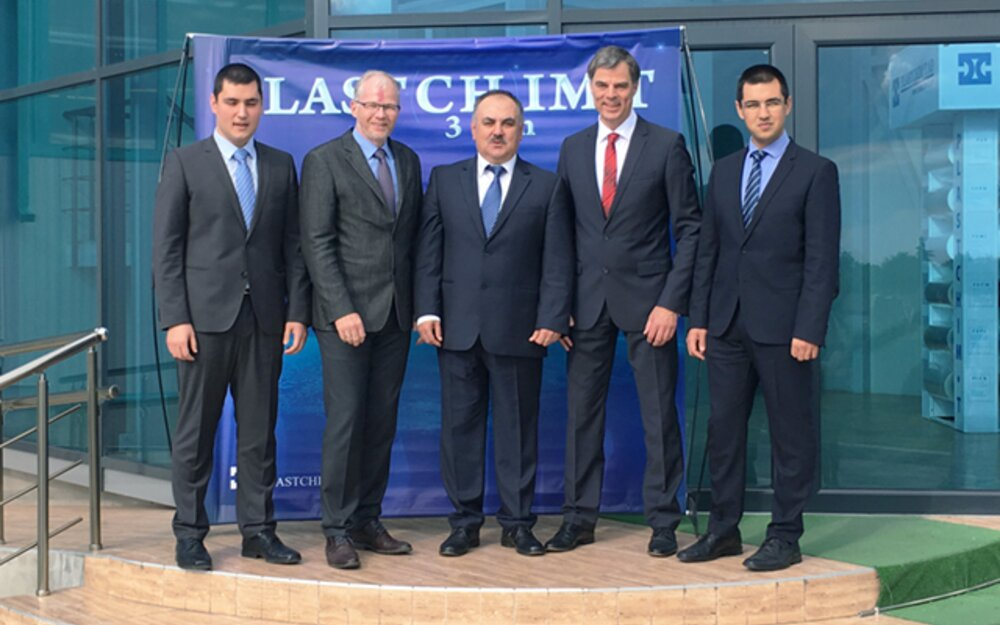Successful cooperation since many years: Aydan Faik, Owner Plastchim-T (middle); Beyan Faik, Managing Director Plastchim-T (right); Faik Faik, Deputy Director Sales and Logistics Plastchim-T (left); Helmut Huber, CEO Brückner Maschinenbau (second left), Peter Mertes, Head of Sales Europe, CIS, Maghreb, Brückner Maschinenbau (second right)