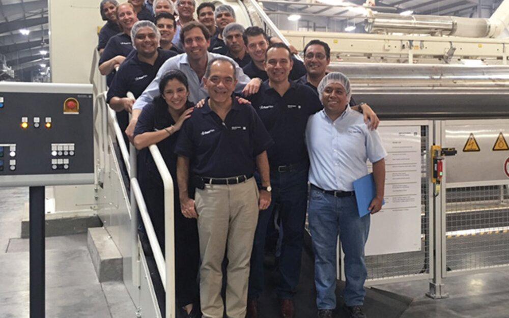 Technical Director Erik Sosa (center left), his team and the Brückner staff were happy with the latest line start-ups