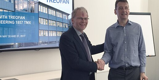 Allan Crighton, COO Treofan Americas (right) and Brückner Maschinenbau's COO Helmut Huber shaking hands for a further joint project