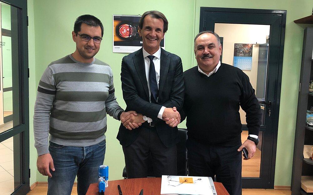 Shaking hands on a promising future: Aydan Faik, Owner Plastchim-T (right); Beyan Faik, Managing Director Plastchim-T (left), Markus Gschwandtner, Managing Director Brückner Servtec (middle)
