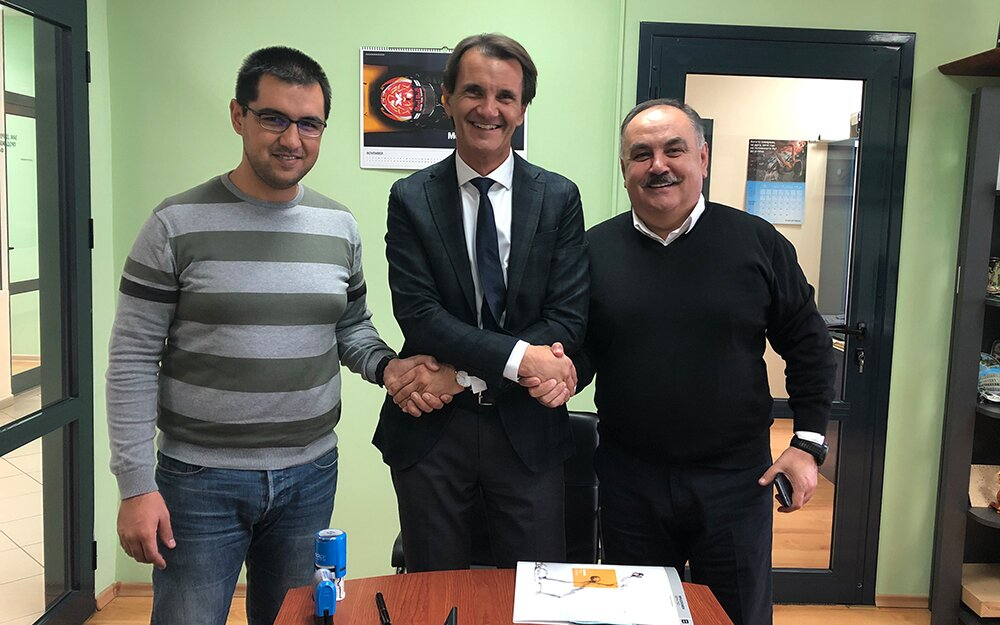 Shaking hands on a promising future: Aydan Faik, Owner Plastchim-T (right); Beyan Faik, Managing Director Plastchim-T (left), Markus Gschwandtner, Managing Director Brückner Servtec (middle)