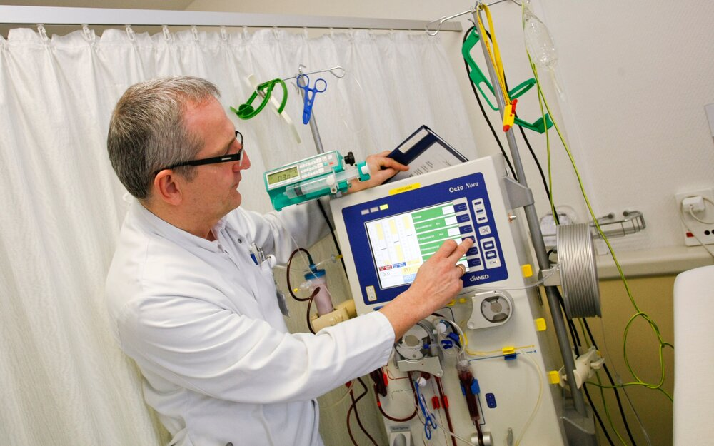 Filter unit: The apparatus pumps off nearly 350 ml of blood per hour and presses the plasma water with the toxins from the blood of the patients through the filter membrane.