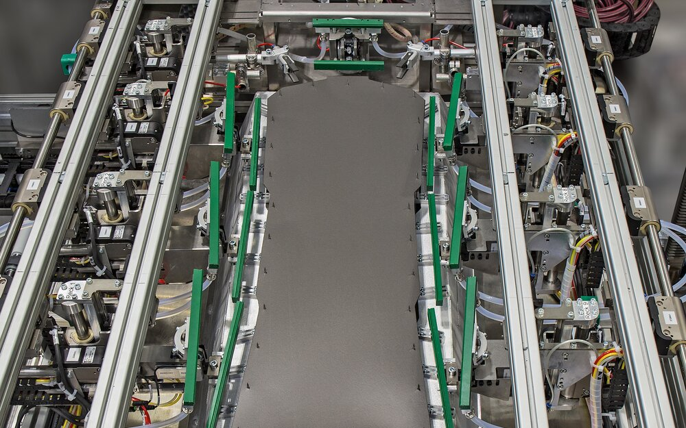 The TBL frame with the individual servo grippers.   © KIEFEL GmbH