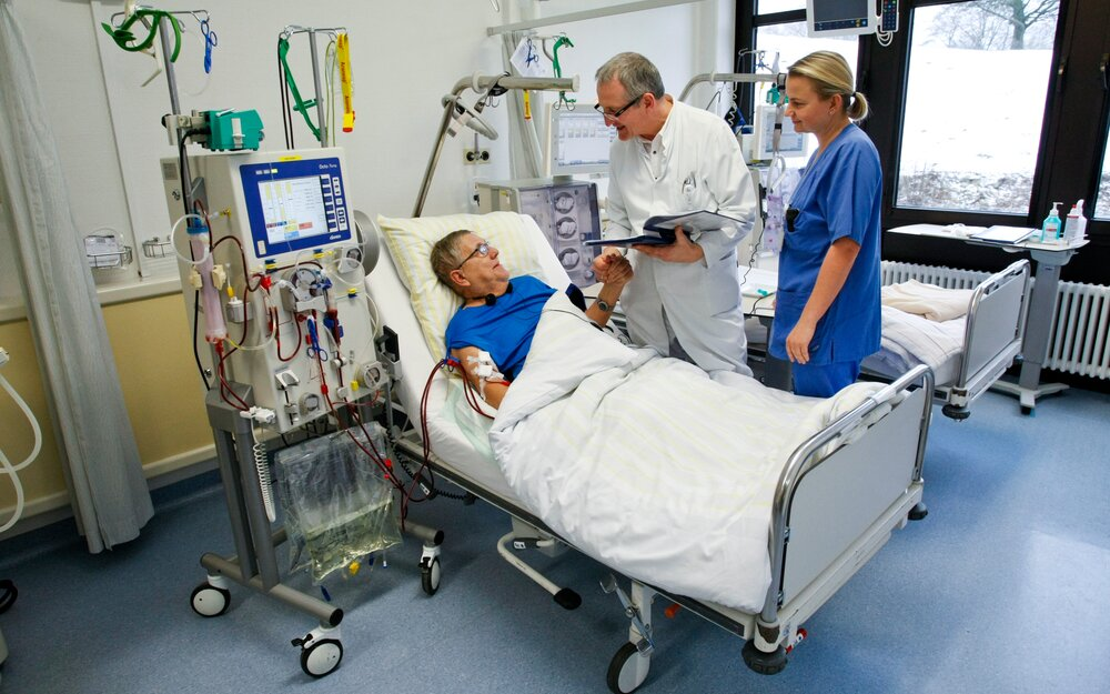 Shunt: It is a surgically created shorting connection between an artery and a vein and is often located on the patient's lower or upper arm. Only then is dialysis by haemofiltration or haemodialysis possible.